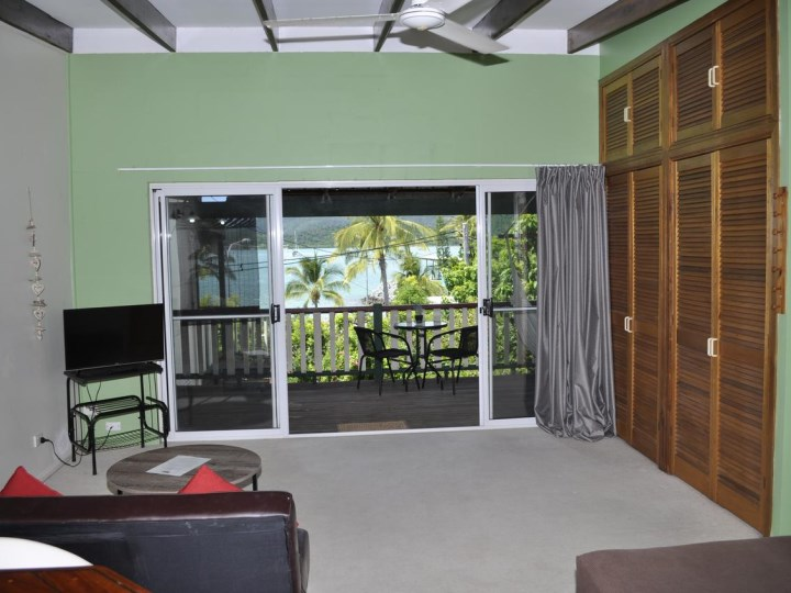 Colonial Court Holiday Apartments - Beachfront Studio