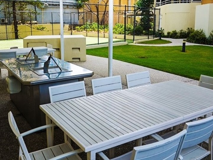 Zenith Oceanfront Apartments - BBQ and Outdoor Dining
