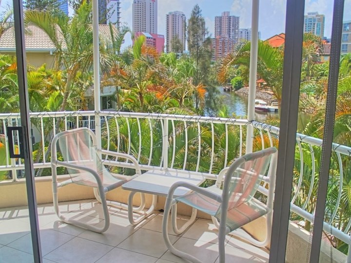 Surfers Del Rey Holiday Apartments - Outside Table