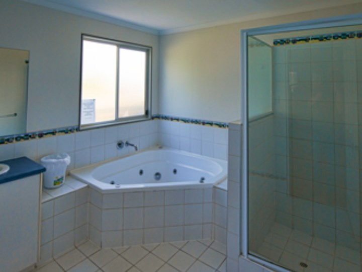 Busselton Holiday Village - Chalet Bathroom