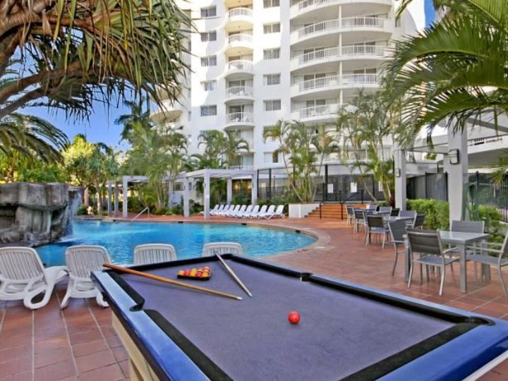 Alpha Sovereign Hotel - 	Outdoor Pool Table