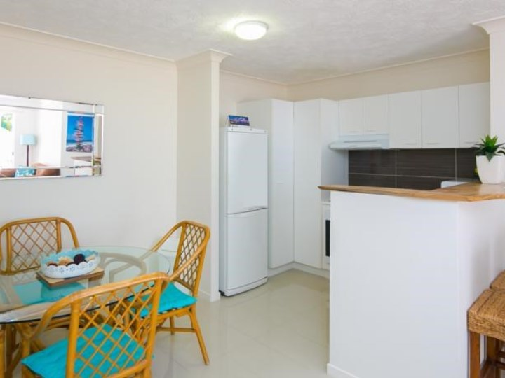 Bay Lodge Apartments - Kitchen and Dining Area