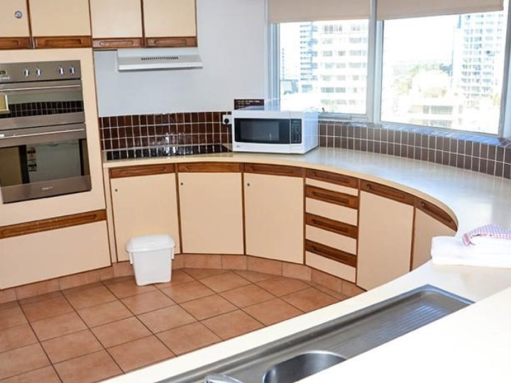Zenith Oceanfront Apartments - Kitchen