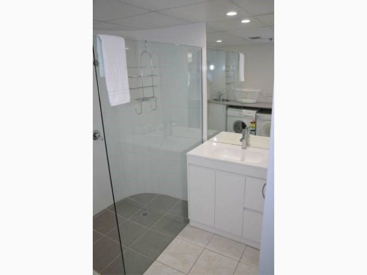 Zenith Oceanfront Apartments - Bathroom